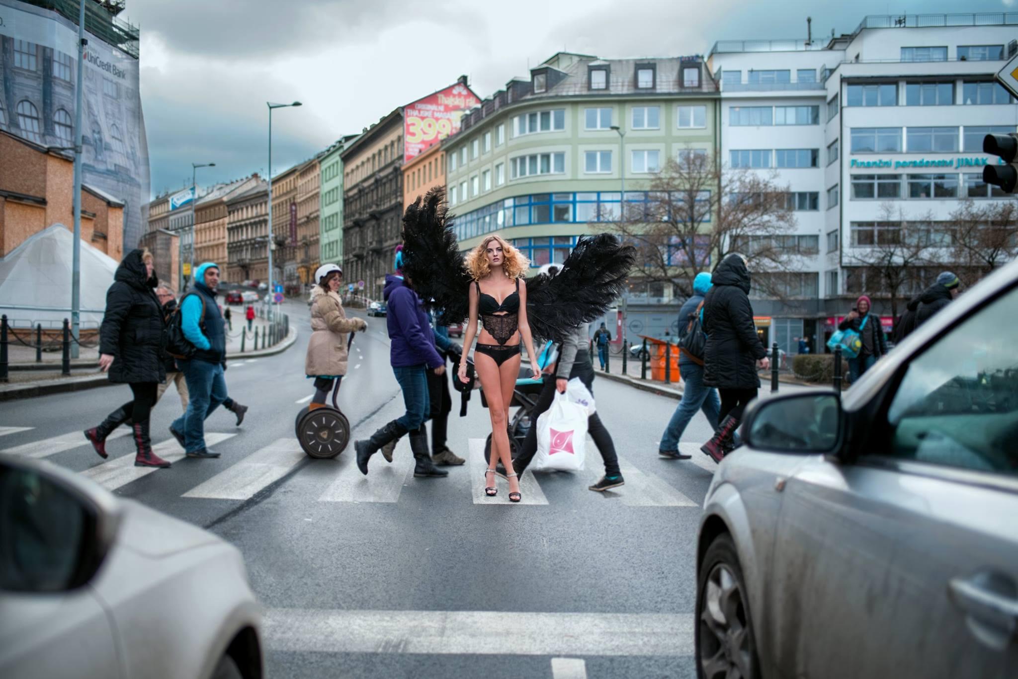 Šokující! ZlyArt udělal poprask s polonahou modelkou Terezou Hudákovou na pražské magistrále